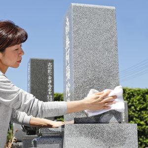 お墓を掃除する女性